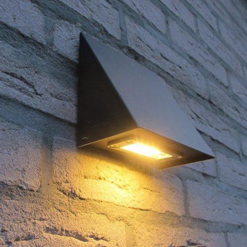 Zink wall Alloy black wandlamp LED Royal Botania voordelig online in webshop maar ook showroom met honderden modellen buitenverlichting en brievenbussen.